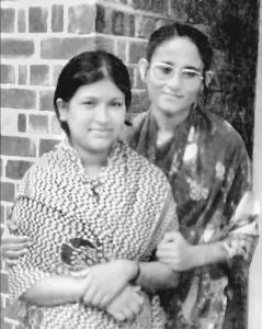 লন্ডনে শেখ রেহানার বাড়ি র সামনে শেখ হাসিনা Image Source: Prothom Alo